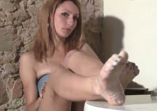 Slim babe with dyed hair Thena demonstrates her feet