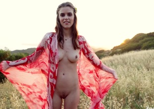 Beautiful solo model likes prosecution photo shoots prevalent the outdoors