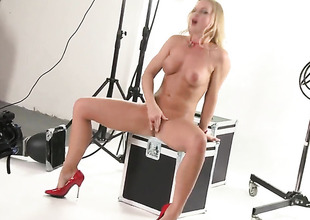 Silvia Saint cant live a swain without dildoing her hole