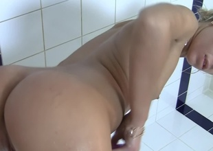 Blonde is in transmitted to tub, taking a sexy naked bath before transmitted to camera