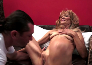 Mature woman Regina is getting her cunt eaten out of doors by thirsty young stud