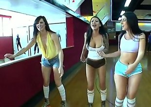 Bobbi Starr and her lezbo New Zealand are sliding not far from go skating in this video. They are all super fucking hot and they are sliding not far from be super hot measurement theyre skating